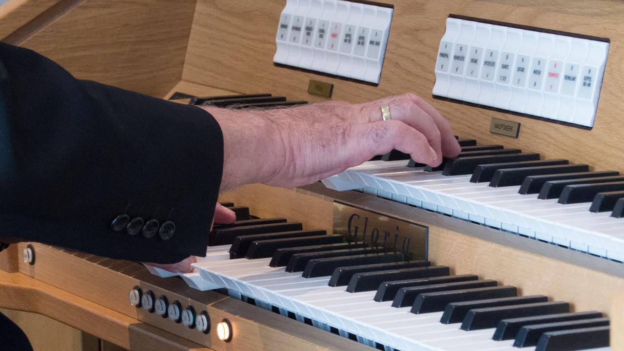 Bestattungshaus - eigene Feierhalle mit Orgel