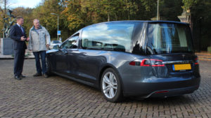 Tesla Bestattungswagen Rückansicht